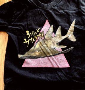 シノノメサカタザメTシャツ